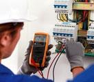 Инженерная работа проводится в высокотехнологичной электролаборатории